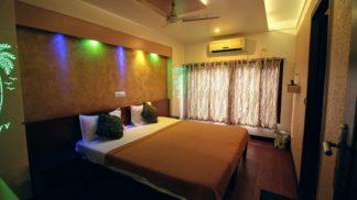 4 Bedroom Premium Houseboat with Upperdeck
